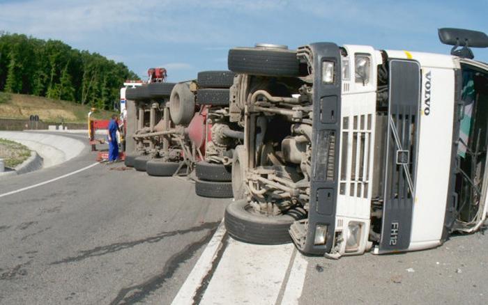 Drumul Satu Mare – Cluj, blocat. TIR răsturnat pe Meseș