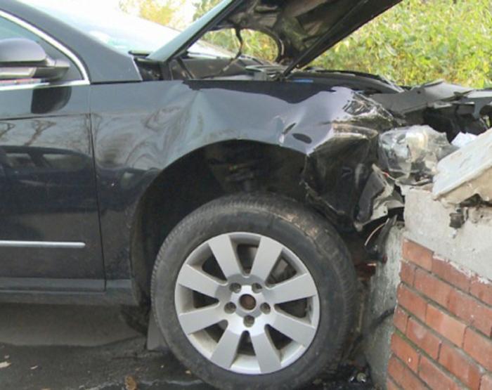 Accident pe strada Muzicanților. A intrat cu mașina într-un stâlp