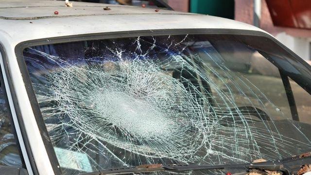 Mașină distrusă cu parul de un puștan beat