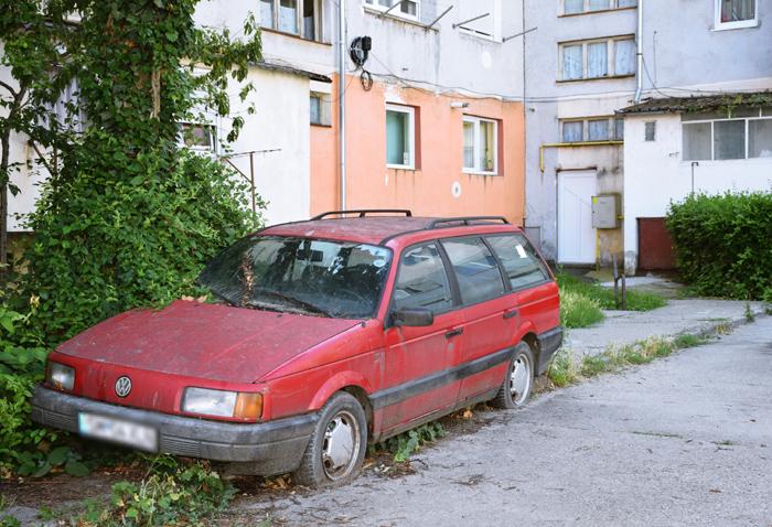 """Primăria """"a declarat război"""" mașinilor abandonate"""