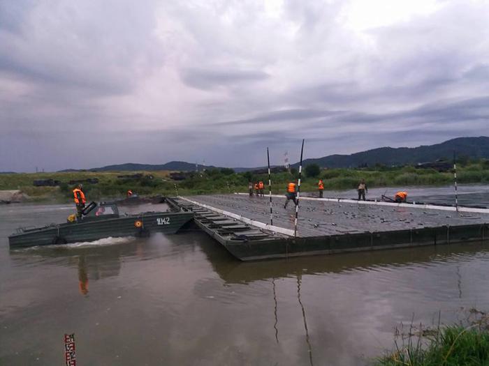 Militarii sătmăreni au construit un pod peste râul Olt (Foto)