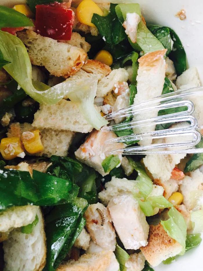 Aveți grijă ce și unde mâncați ! Salată cu ingredient surpriză la Satu Mare (Foto)