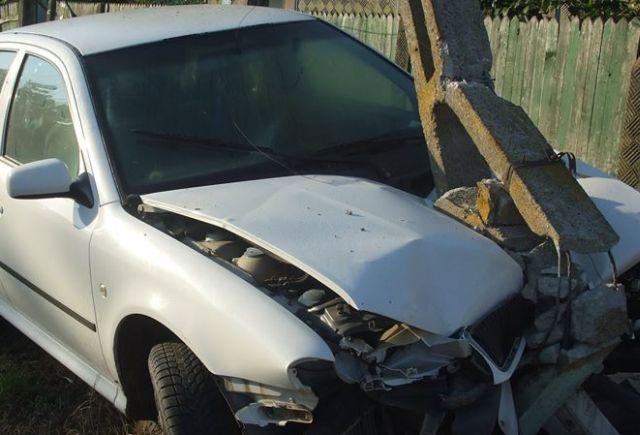 Accident cu trei raniti. S-au izbit cu masina de un stalp