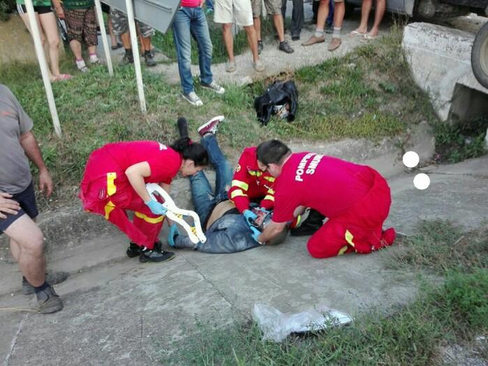 Motociclist lovit de o camionetă. Victima, în stare gravă la spital (Foto)