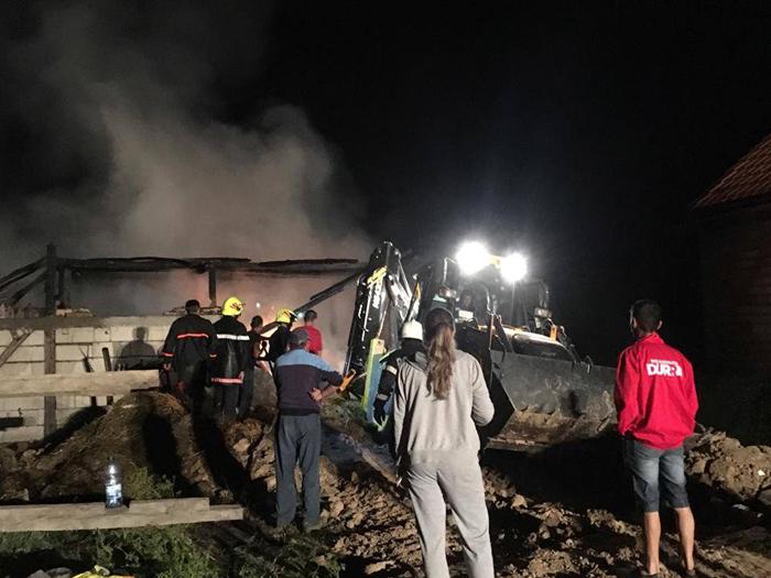 Șură din Lipău, mistuită de flăcări. Pompierii s-au luptat 4 ore pentru a stinge incendiul (Foto)