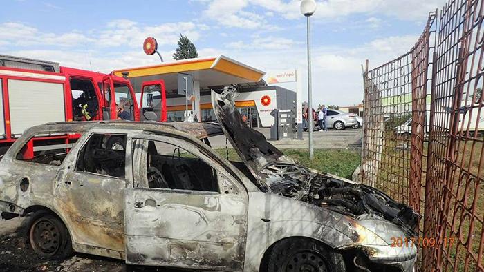 La un pas de catastrofă ! O mașină a ars ca o torță în parcarea unei benzinării (Foto)