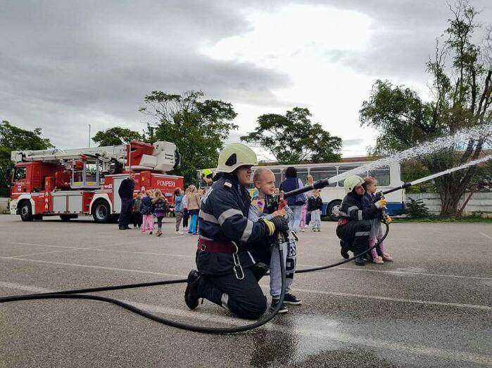 """Sute de copii la """"Ziua porților deschise"""" de la Pompieri (foto)"""
