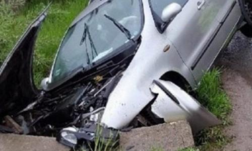 A intrat cu mașina într-un cap de pod. Șoferului i s-a făcut rău la volan