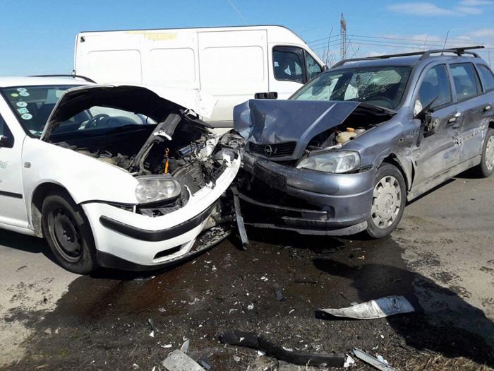 """Accident în lanț în Borlești. """"Șoferul"""" vinovat nu are permis de conducere"""