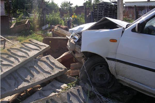 Gard distrus în urma unui accident. Șoferul vinovat, mort de beat