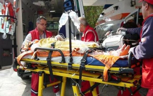 Ce spun ambulanțierii despre tânăra înjunghiată de către propria mamă