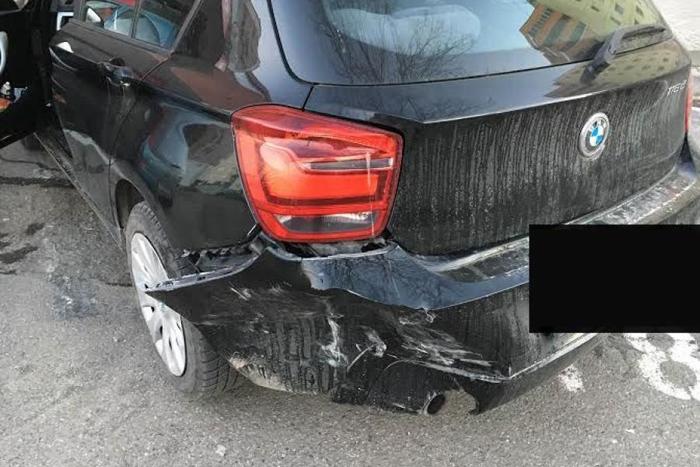 Mașină distrusă de un utilaj