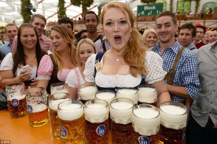 Sute de litri de bere la Micul Oktoberfest sătmărean
