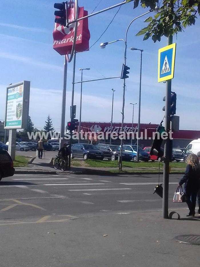 Semafor spânzurat de un stâlp. Se întâmplă în Satu Mare ! (Foto)