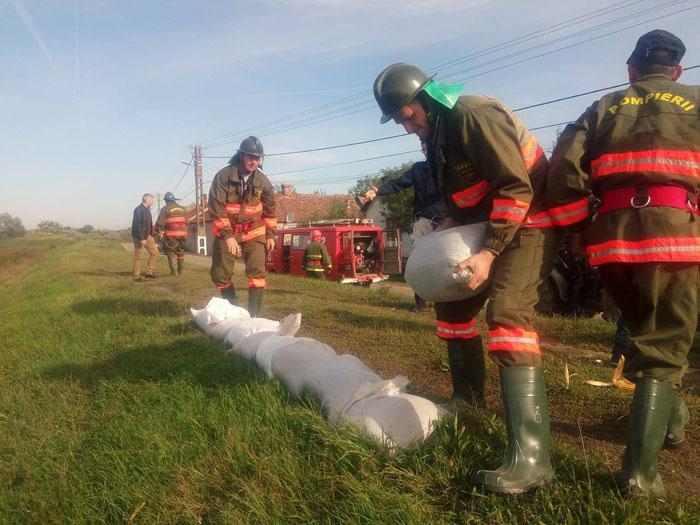 Gospodării inundate şi persoane evacuate la Craidorolţ (Foto)