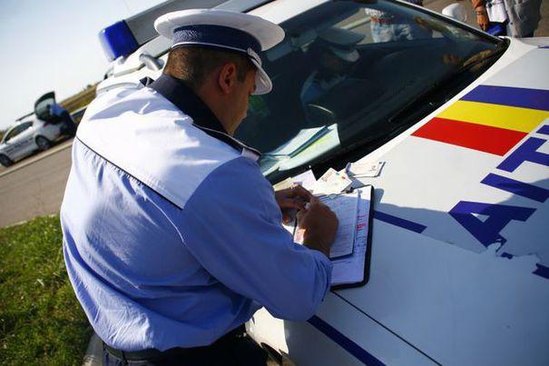 Șofer cercetat pentru dare de mită. Nu are permis de conducere