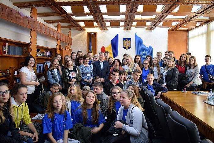 Elevi polonezi, în vizită la Prefectură (Foto)