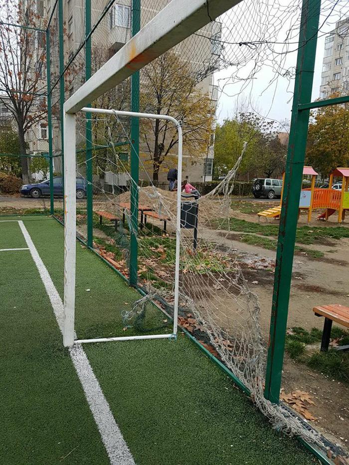 Terenuri de minifotbal, vandalizate. Arată ca după război (Foto)