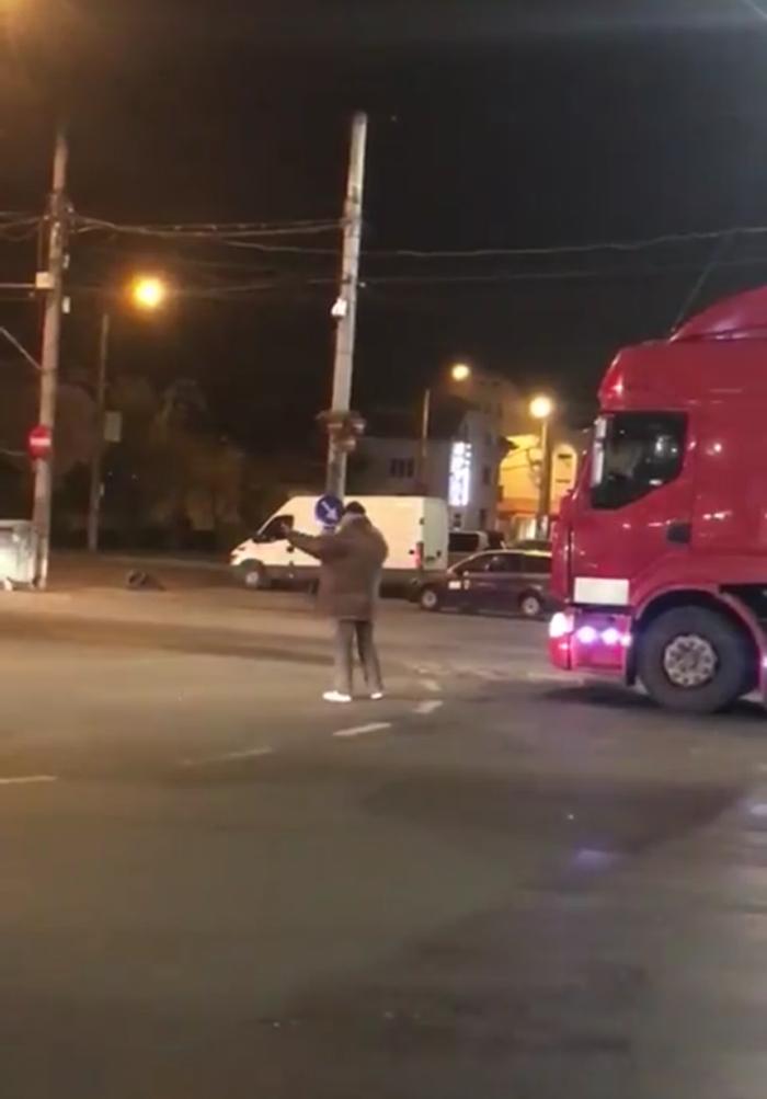 """""""Încurcă lume"""", dirijează traficul la Burdea (Foto&video)"""