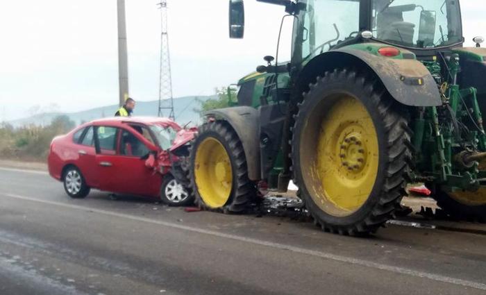 A intrat cu tractorul într-o mașină. Un copil a fost rănit