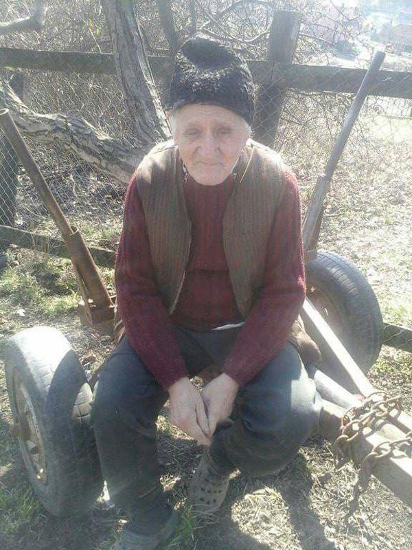 Să ajutăm un om aflat la necaz ! Un bătrân stă singur într-o casă care stă să cadă