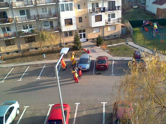 Străzile din Negrești-Oaș răsună de colindători (Foto&video)
