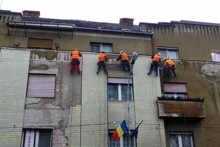 Cade tencuiala de pe clădiri. Alpiniștii intervin (Foto)