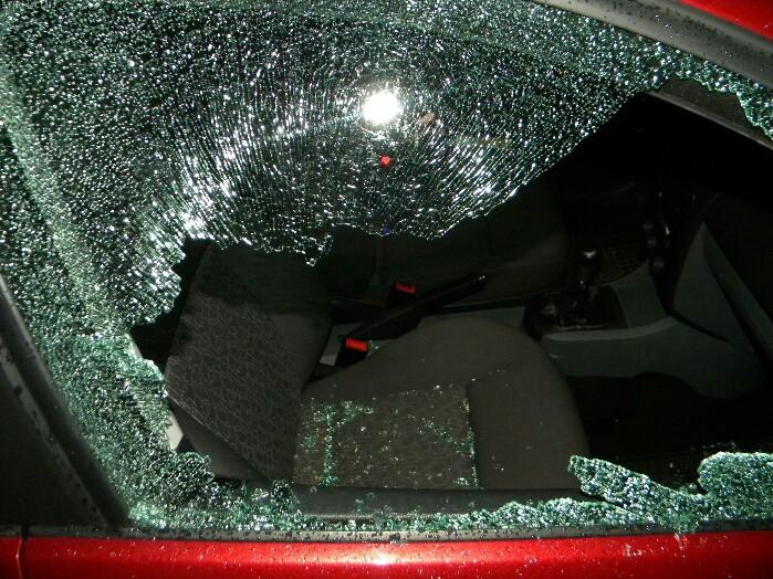 Mașină spartă într-un cartier din Satu Mare. Nu sunt martori