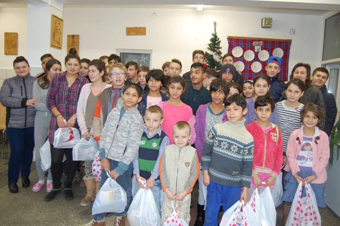 Voluntarii de la Draxlmaier au împărțit cadouri (foto)