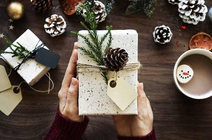 Câți bani cheltuie angajații din județul Satu Mare pentru cadourile de Secret Santa