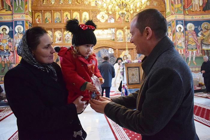 Hramul Mănăstirii Măriuș. Prefectul Darius Filip le-a oferit cadouri copiilor (Foto)