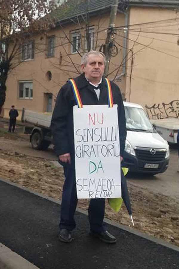 Protest inedit în zona Burdea. Un sătmărean cere desființarea sensului giratoriu