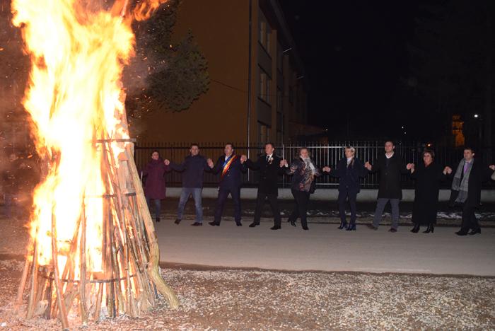 Hora Unirii în jurul unui foc de tabără (Foto)