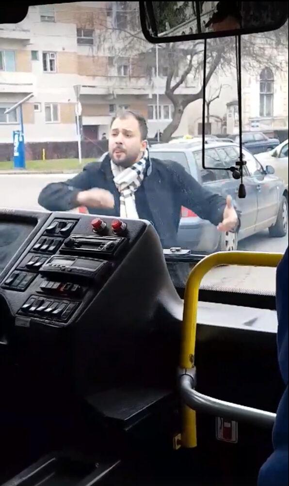 Scene incredibile ! Autobuz blocat în centrul Sătmarului