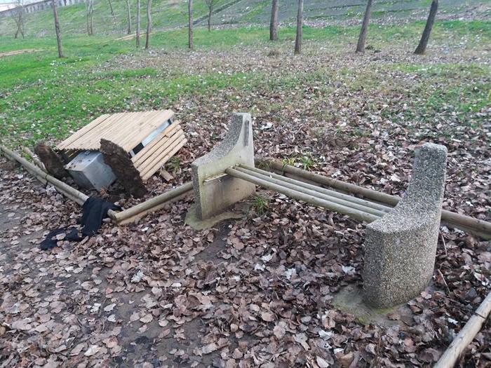 Coșuri de gunoi și bănci distruse în Satu Mare (Foto)