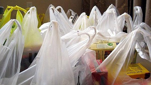 Pungile de plastic vor fi interzise din vara acestui an