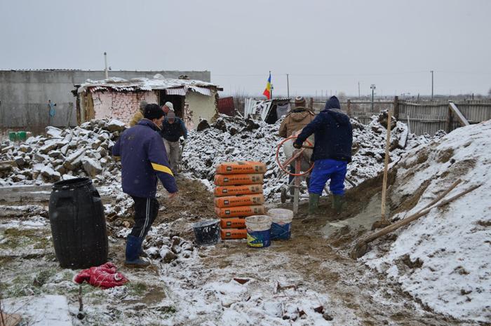 11 copii trăiesc în condiții inumane. Oamenii le construiesc o nouă casă (Fotogalerie&video)