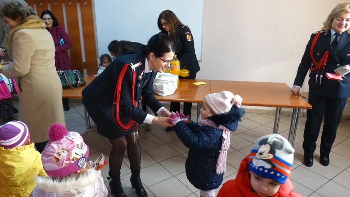 Vizite la pompieri. Doamnele și domnișoarele au primit mărțișoare de la copii (Fotogalerie)