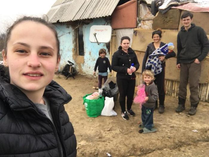 Familie nevoiașă, ajutată de două tinere