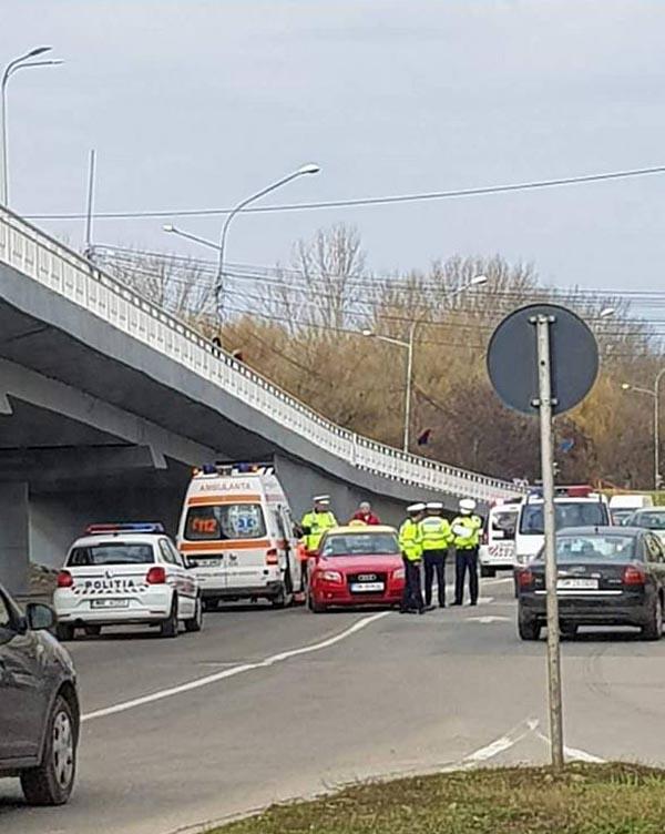 Accident în centrul municipiului. Bărbat, luat pe capotă