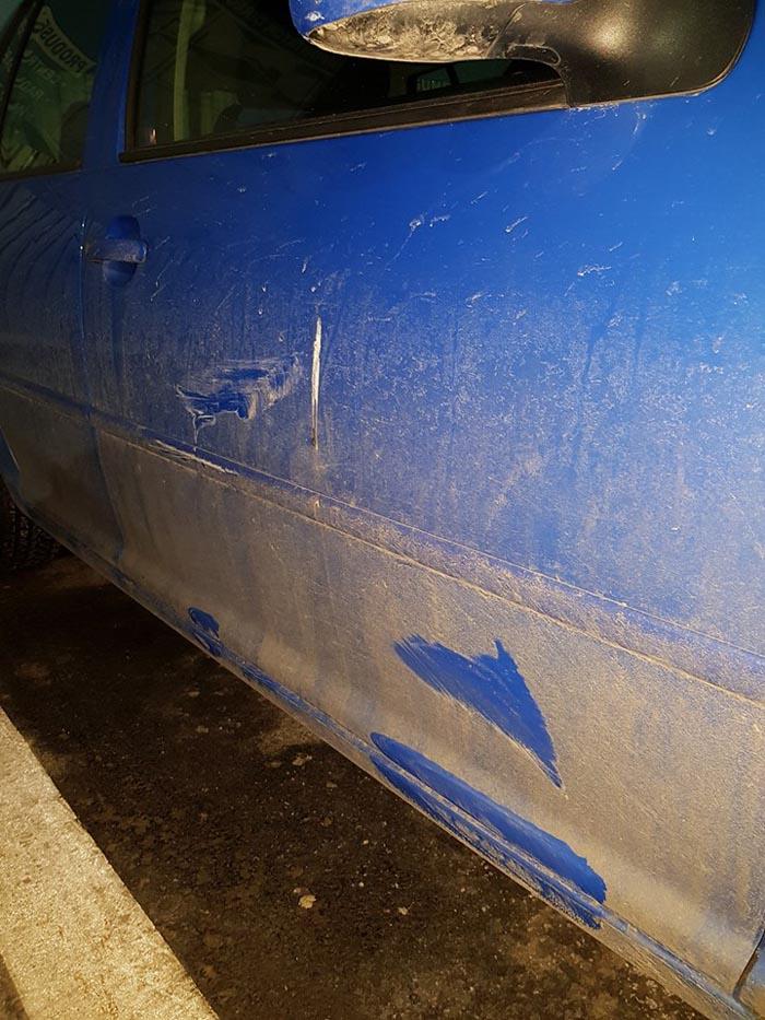 """Și-a găsit mașina """"șifonată"""" în parcarea de la Kaufland (Foto)"""