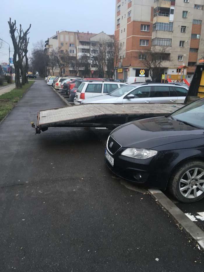 """Și-a parcat utilajul cu """"dosul"""" pe trotuar  (Foto)"""