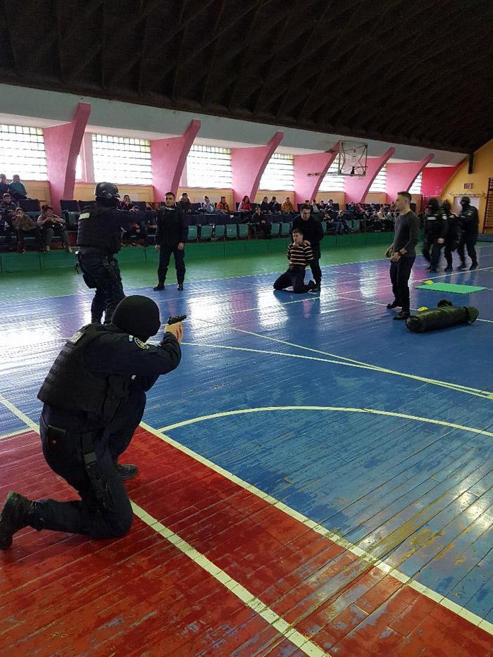 Jandarmii în acțiune ! Exerciții demonstrative la o școală din Satu Mare (Fotogalerie)