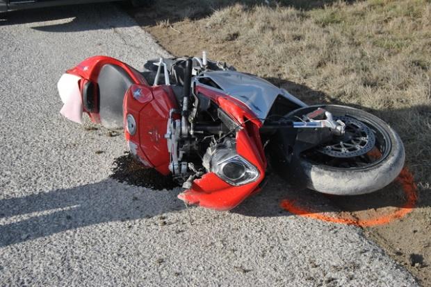 Beat si neatent a lovit cu masina un motociclist