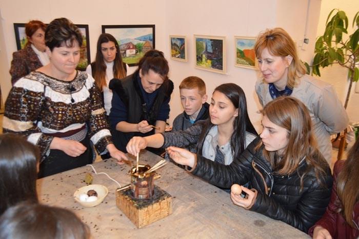 Lecții de încondeiat ouă la Muzeul de Artă. În ce perioadă