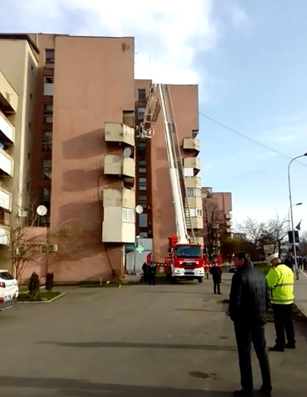 Încă un bloc, pericol public. Pompierii intervin (Foto)