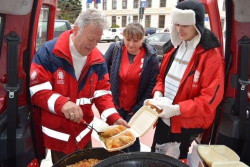 Caritas a împărțit mâncare caldă în ajunul Sărbătorilor Pascale Catolice (Foto)