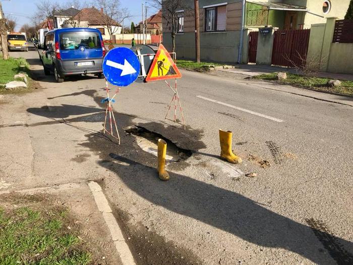 Altă zi, altă poveste ! Asfalt surpat pe strada Bujorului ! (Foto)
