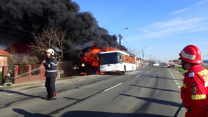 Un autobuz a luat foc ! Pompierii intervin