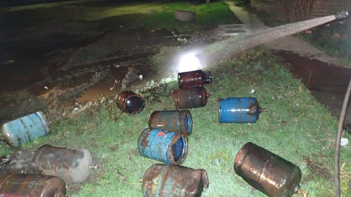 Explozii repetate în Oar ! Butelii aruncate la zeci de metri !
